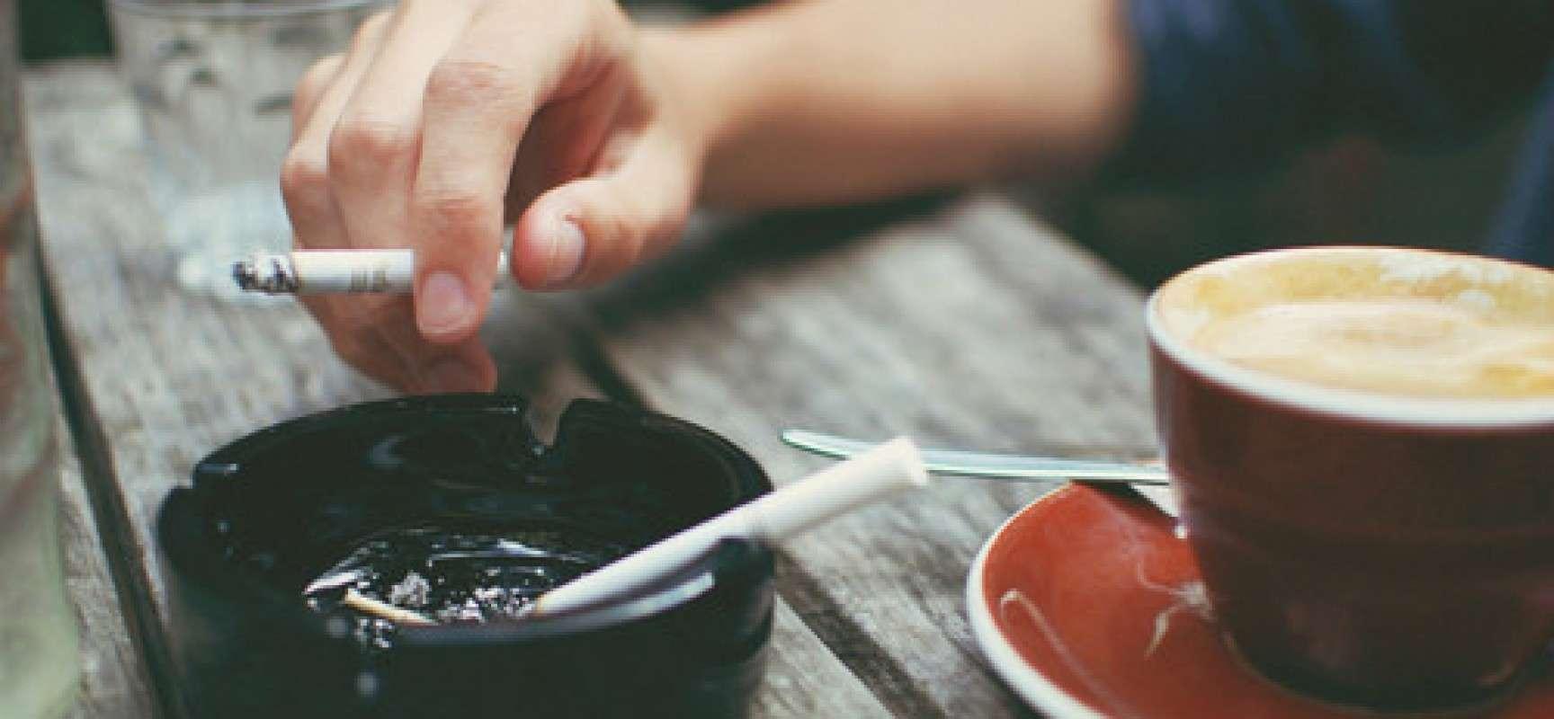 Nên giảm thiểu những thực phẩm, đồ ăn có tác dụng xấu tới răng miệng. Ví dụ: Cà phê